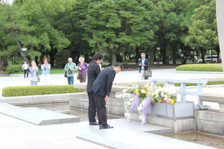 日本のいちばん長い日 広島平和記念公園 献花