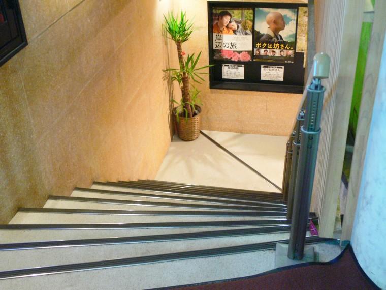 地下場内へ連なる階段