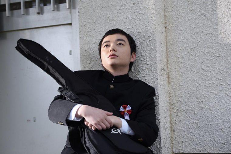 ポンチョに夜明けの風はらませて 染谷将太