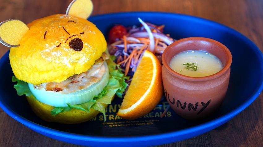 「プーさん」 不思議な夢の中のチキンバーガー 2,079 円(税込)プレート付き+1,749 円(税込)